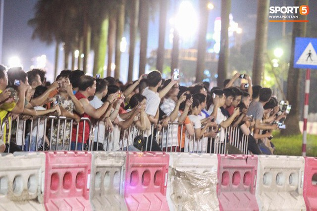 Muôn vàn cảm xúc của người dân Việt khi chứng kiến tận mắt những chiếc xe F1 ngay tại Hà Nội - Ảnh 13.