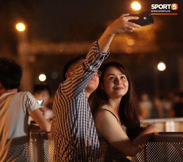 Muôn vàn cảm xúc của người dân Việt khi chứng kiến tận mắt những chiếc xe F1 ngay tại Hà Nội - Ảnh 16.