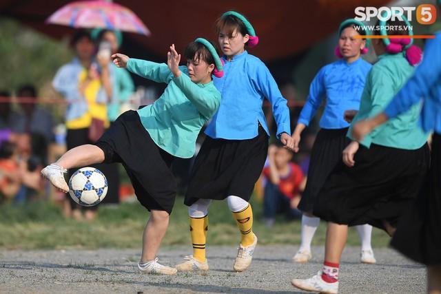 Cánh đàn ông địu con ngắm chị em mặc váy, xỏ giày biểu diễn bóng đá kỹ thuật chẳng kém Quang Hải - Ảnh 20.