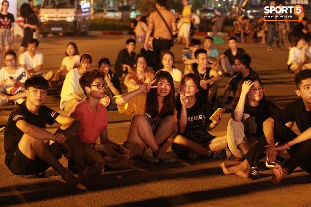 Muôn vàn cảm xúc của người dân Việt khi chứng kiến tận mắt những chiếc xe F1 ngay tại Hà Nội - Ảnh 20.