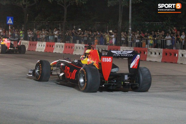 Muôn vàn cảm xúc của người dân Việt khi chứng kiến tận mắt những chiếc xe F1 ngay tại Hà Nội - Ảnh 21.