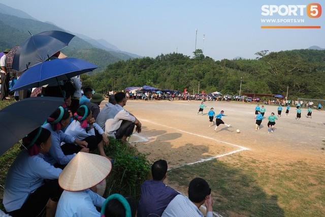Cánh đàn ông địu con ngắm chị em mặc váy, xỏ giày biểu diễn bóng đá kỹ thuật chẳng kém Quang Hải - Ảnh 23.