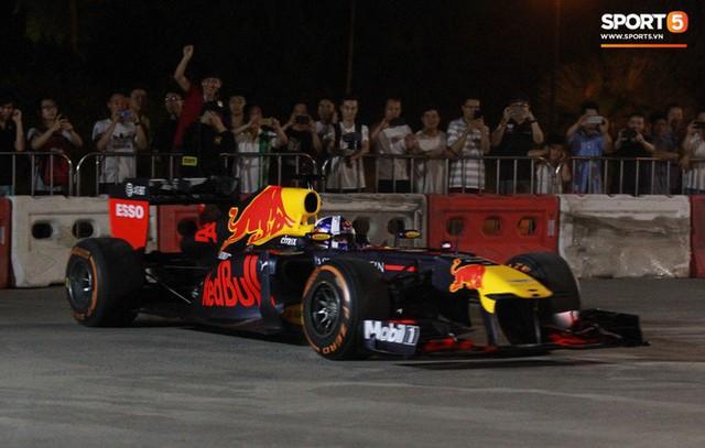 Muôn vàn cảm xúc của người dân Việt khi chứng kiến tận mắt những chiếc xe F1 ngay tại Hà Nội - Ảnh 23.