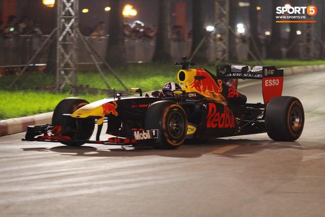 Muôn vàn cảm xúc của người dân Việt khi chứng kiến tận mắt những chiếc xe F1 ngay tại Hà Nội - Ảnh 24.
