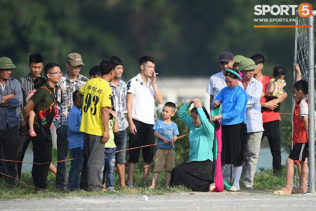 Cánh đàn ông địu con ngắm chị em mặc váy, xỏ giày biểu diễn bóng đá kỹ thuật chẳng kém Quang Hải - Ảnh 25.