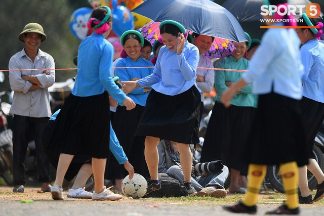 Cánh đàn ông địu con ngắm chị em mặc váy, xỏ giày biểu diễn bóng đá kỹ thuật chẳng kém Quang Hải - Ảnh 32.