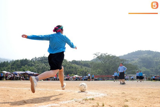 Cánh đàn ông địu con ngắm chị em mặc váy, xỏ giày biểu diễn bóng đá kỹ thuật chẳng kém Quang Hải - Ảnh 5.