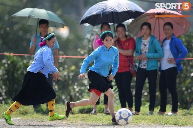 Cánh đàn ông địu con ngắm chị em mặc váy, xỏ giày biểu diễn bóng đá kỹ thuật chẳng kém Quang Hải - Ảnh 7.