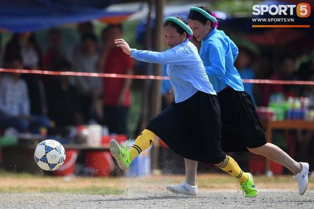 Cánh đàn ông địu con ngắm chị em mặc váy, xỏ giày biểu diễn bóng đá kỹ thuật chẳng kém Quang Hải - Ảnh 8.