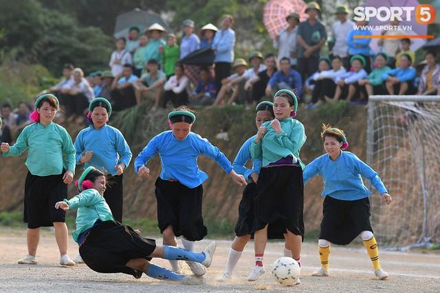 Cánh đàn ông địu con ngắm chị em mặc váy, xỏ giày biểu diễn bóng đá kỹ thuật chẳng kém Quang Hải - Ảnh 10.