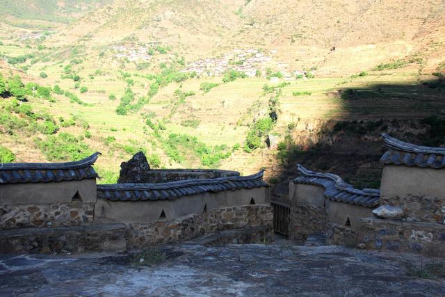 Lặng ngắm ngôi làng cổ yên bình, rất ít người biết đến trên vách đá khổng lồ tại Trung Quốc: Một lần tới Bảo Sơn, cả đời ấn tượng khó quên!  - Ảnh 4.