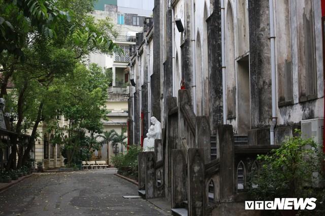 Cận cảnh nhà thờ tại Hà Nội có kiến trúc phỏng theo Nhà thờ Đức Bà Paris - Ảnh 5.