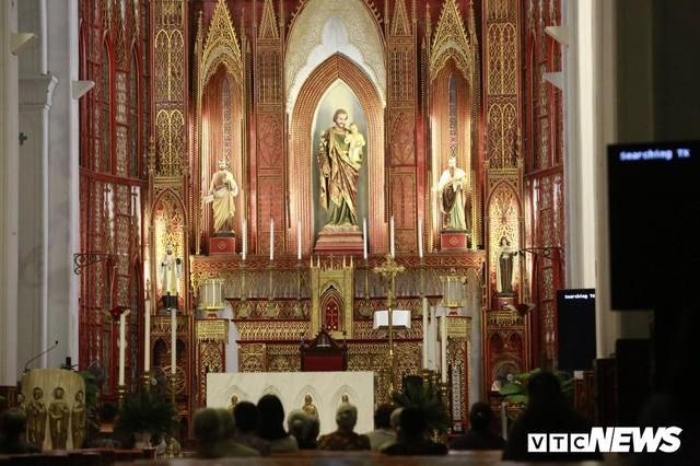 Cận cảnh nhà thờ tại Hà Nội có kiến trúc phỏng theo Nhà thờ Đức Bà Paris - Ảnh 7.