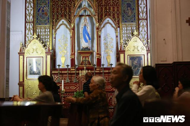 Cận cảnh nhà thờ tại Hà Nội có kiến trúc phỏng theo Nhà thờ Đức Bà Paris - Ảnh 10.