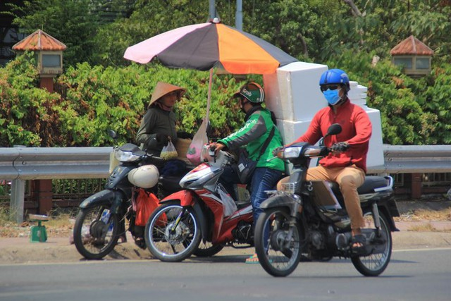 Người Sài Gòn vật lộn mưu sinh dưới nắng nóng gần 40 độ - Ảnh 5.