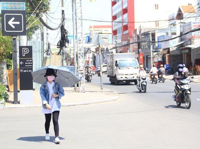 Người Sài Gòn vật lộn mưu sinh dưới nắng nóng gần 40 độ - Ảnh 8.