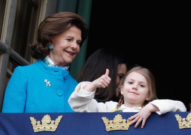 Hé lộ danh tính tiểu công chúa được yêu thích nhất hiện nay với vẻ tinh nghịch, bá đạo hơn cả con gái Công nương Kate, nắm trong tay vận mệnh của hoàng gia  - Ảnh 8.