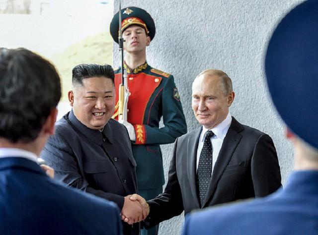 Những hình ảnh ấn tượng nhất tại Hội nghị thượng đỉnh Kim-Putin lần đầu tiên - Ảnh 2.