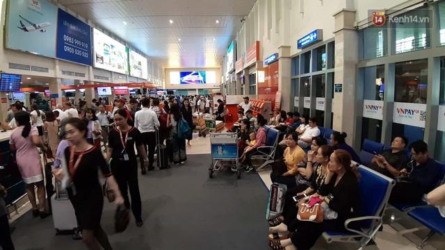 Chùm ảnh khó thở trước kỳ nghỉ lễ: Sân bay Tân Sơn Nhất ùn tắc từ ngoài vào trong - Ảnh 11.