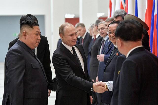 Những hình ảnh ấn tượng nhất tại Hội nghị thượng đỉnh Kim-Putin lần đầu tiên - Ảnh 6.