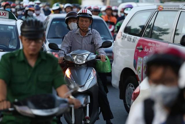 Chùm ảnh khó thở trước kỳ nghỉ lễ: Sân bay Tân Sơn Nhất ùn tắc từ ngoài vào trong - Ảnh 6.