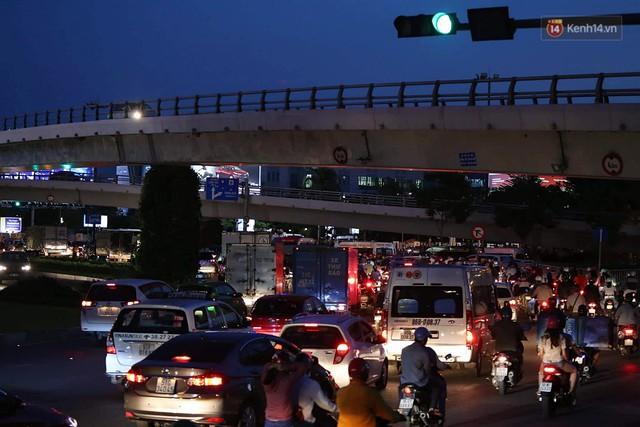 Chùm ảnh khó thở trước kỳ nghỉ lễ: Sân bay Tân Sơn Nhất ùn tắc từ ngoài vào trong - Ảnh 7.