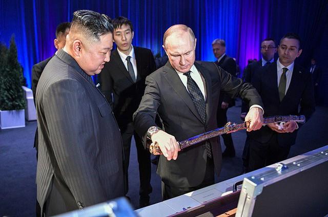 Những hình ảnh ấn tượng nhất tại Hội nghị thượng đỉnh Kim-Putin lần đầu tiên - Ảnh 10.