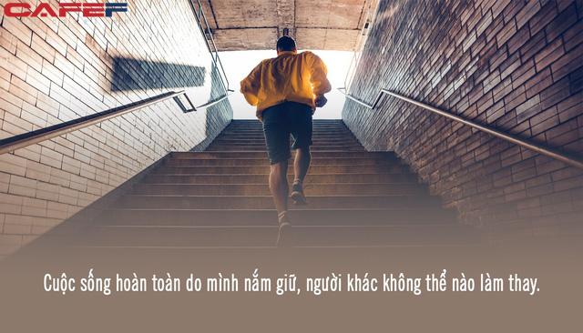 *Cha mẹ cho sinh mạng, nhưng cuộc đời vẫn phải tự do mình nắm lấy: Không tự tìm được phương hướng, cả đời bạn sẽ lạc lối trong ảo vọng thành công! - Ảnh 1.