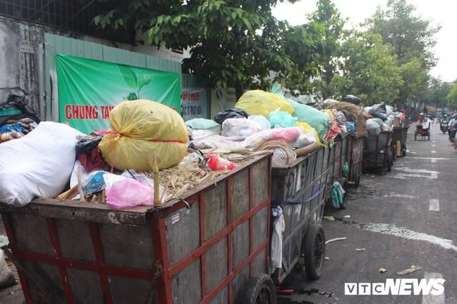 Xe thu gom rác tự chế 'lộng hành' trước ngày 'khai tử' ở TP.HCM - Ảnh 1.