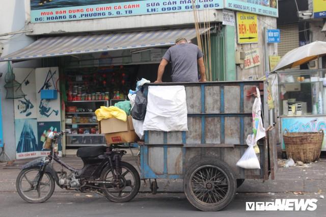 Xe thu gom rác tự chế 'lộng hành' trước ngày 'khai tử' ở TP.HCM - Ảnh 2.