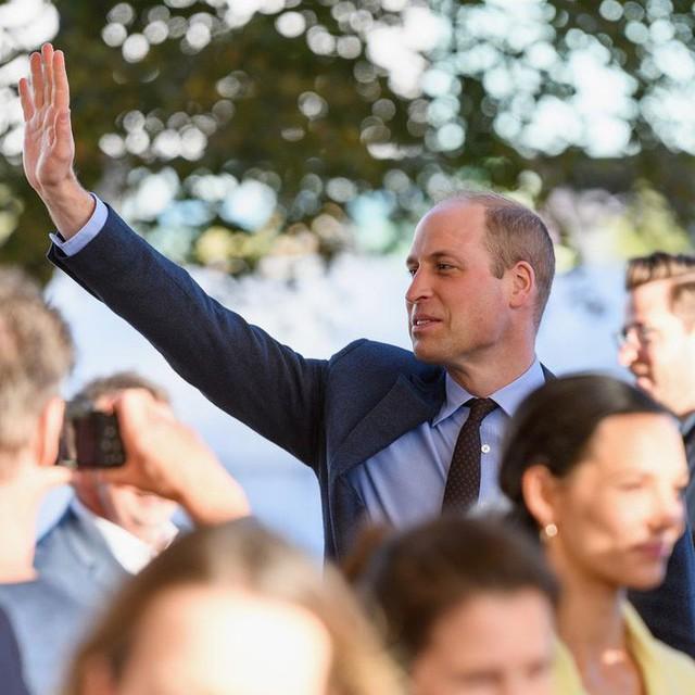 Hoàng tử William bất ngờ tiết lộ về con đầu lòng của Meghan và em trai Harry khiến người dùng mạng đứng ngồi không yên - Ảnh 1.
