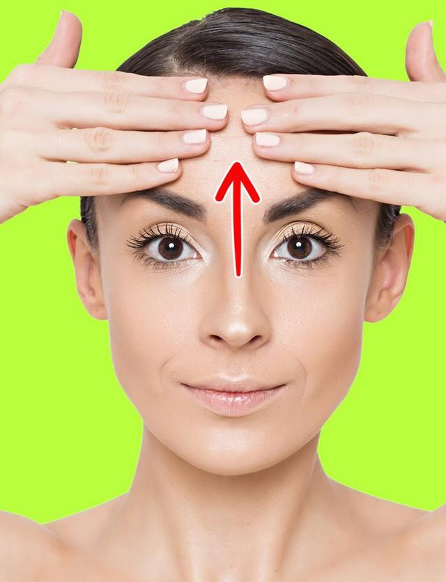 Không ngờ chỉ cần làm vài động tác này là đã giảm được nếp nhăn trên mặt và trẻ ra trông thấy - Ảnh 1.