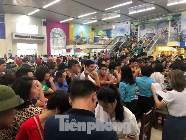 Chen chân mua vé tham quan vịnh Hạ Long bất chấp mưa tầm tã - Ảnh 1.