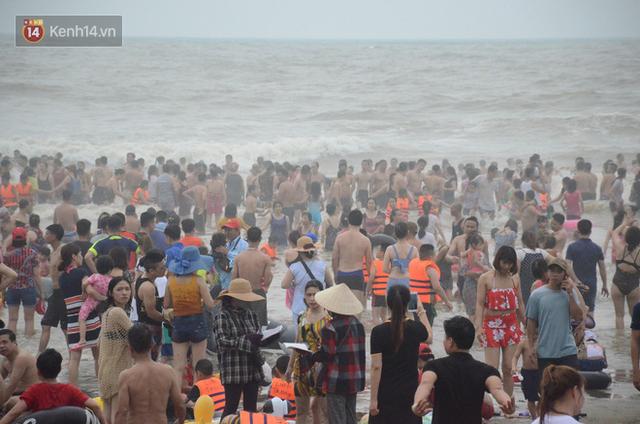 Ảnh: Biển Sầm Sơn đục ngầu, hàng vạn người vẫn chen chúc vui chơi dịp lễ 30/4 - 1/5 - Ảnh 11.