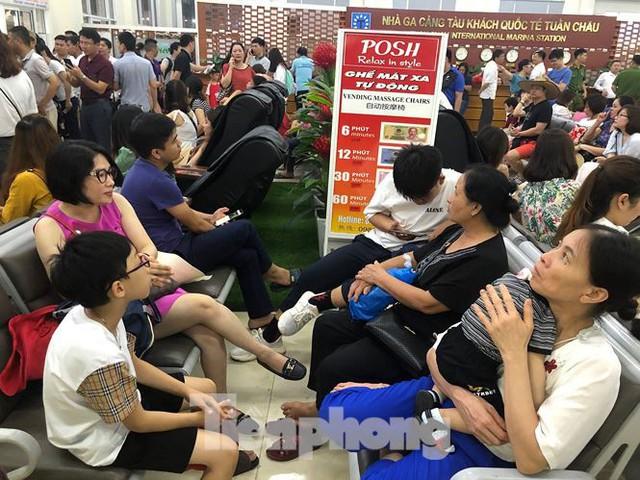 Chen chân mua vé tham quan vịnh Hạ Long bất chấp mưa tầm tã - Ảnh 4.