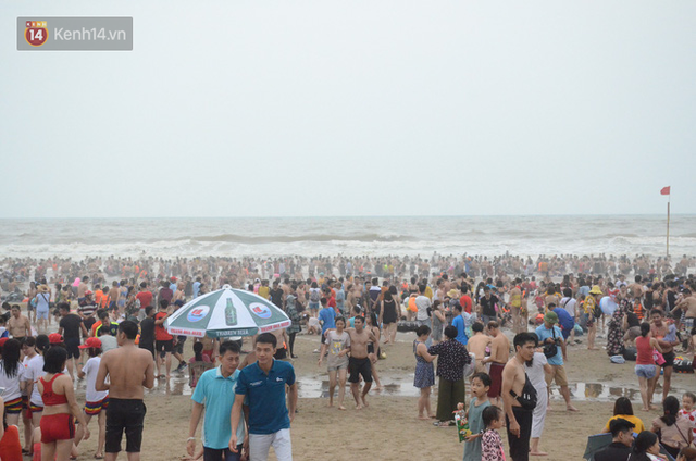 Ảnh: Biển Sầm Sơn đục ngầu, hàng vạn người vẫn chen chúc vui chơi dịp lễ 30/4 - 1/5 - Ảnh 7.