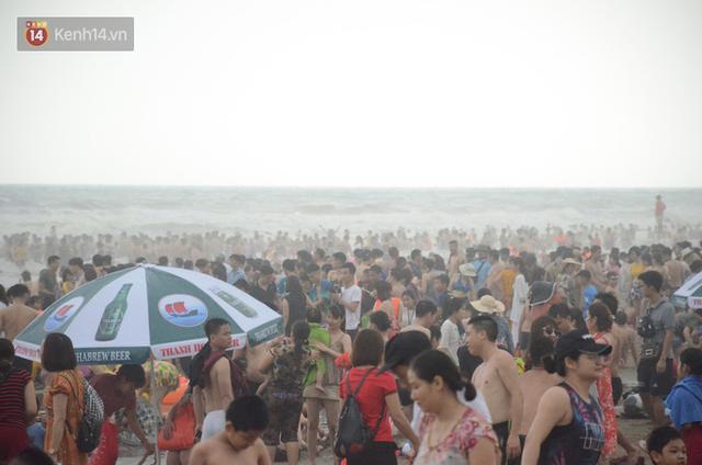 Ảnh: Biển Sầm Sơn đục ngầu, hàng vạn người vẫn chen chúc vui chơi dịp lễ 30/4 - 1/5 - Ảnh 9.