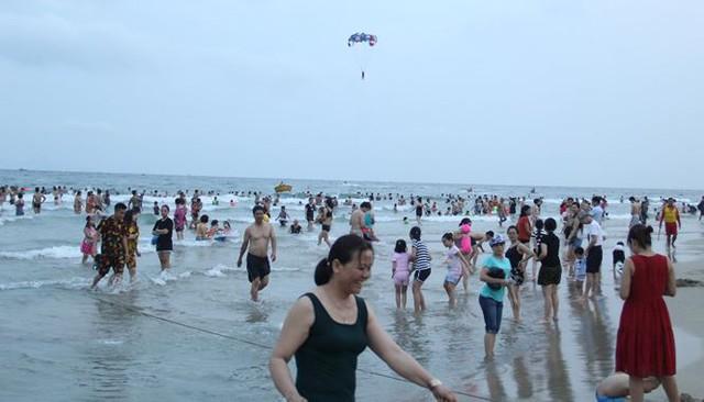 Hàng ngàn du khách đổ về bãi biển đẹp nhất hành tinh Đà Nẵng - Ảnh 1.