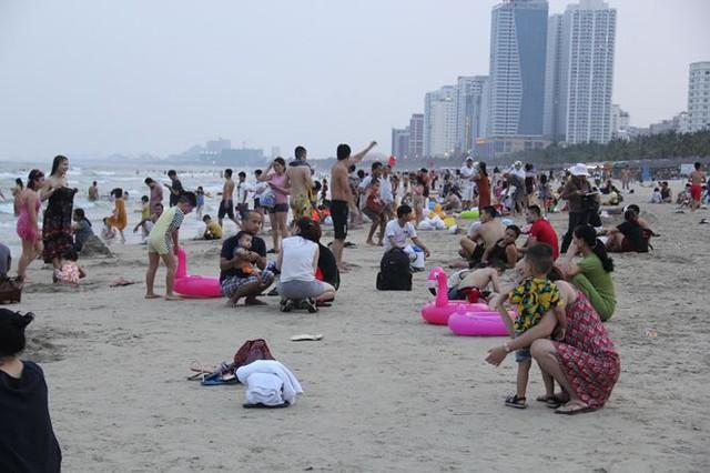 Hàng ngàn du khách đổ về bãi biển đẹp nhất hành tinh Đà Nẵng - Ảnh 2.