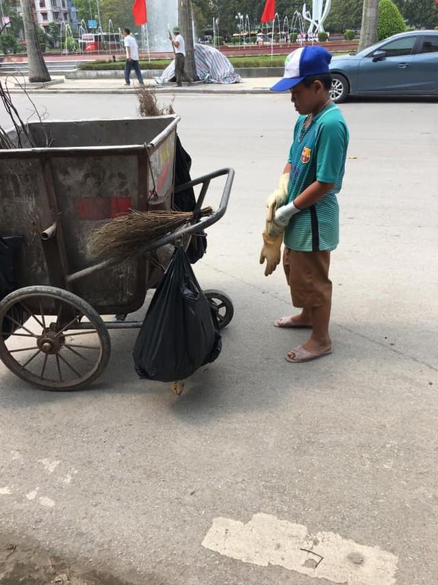 Cảm động hình ảnh cậu bé phụ mẹ thu gom rác trong những ngày nghỉ lễ: Mẹ không được nghỉ, cháu làm cho mẹ đỡ mệt - Ảnh 1.