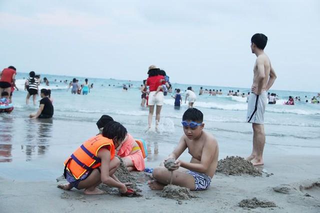 Hàng ngàn du khách đổ về bãi biển đẹp nhất hành tinh Đà Nẵng - Ảnh 3.