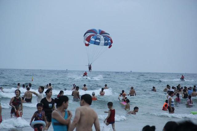 Hàng ngàn du khách đổ về bãi biển đẹp nhất hành tinh Đà Nẵng - Ảnh 4.