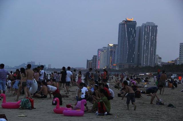 Hàng ngàn du khách đổ về bãi biển đẹp nhất hành tinh Đà Nẵng - Ảnh 5.