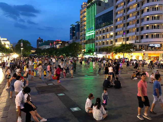 Người Sài Gòn đổ về hầm Thủ Thiêm, tòa nhà 81 tầng xem bắn pháo hoa - Ảnh 2.