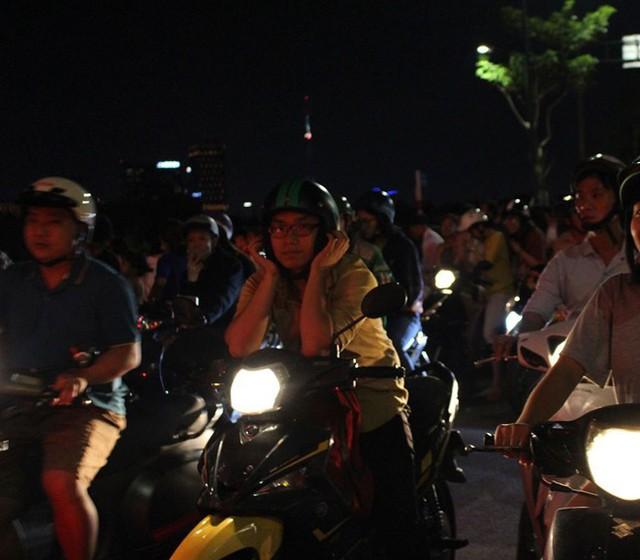 Người Sài Gòn đổ về hầm Thủ Thiêm, tòa nhà 81 tầng xem bắn pháo hoa - Ảnh 3.