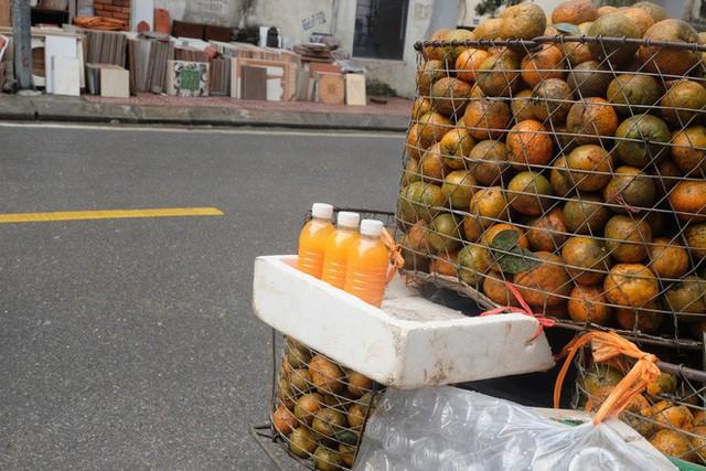 Đổ xô bán nước cam ép nguyên chất giá siêu rẻ, tiểu thương thu tiền triệu mỗi ngày - Ảnh 2.