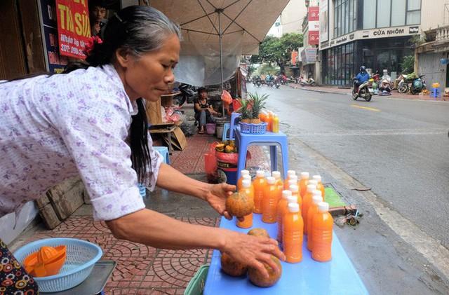 Đổ xô bán nước cam ép nguyên chất giá siêu rẻ, tiểu thương thu tiền triệu mỗi ngày - Ảnh 11.