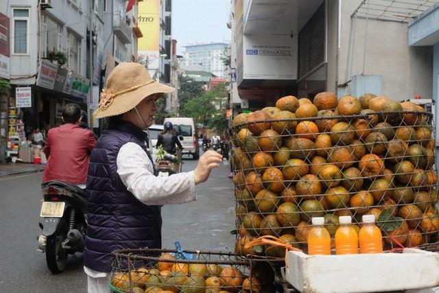 Đổ xô bán nước cam ép nguyên chất giá siêu rẻ, tiểu thương thu tiền triệu mỗi ngày - Ảnh 4.