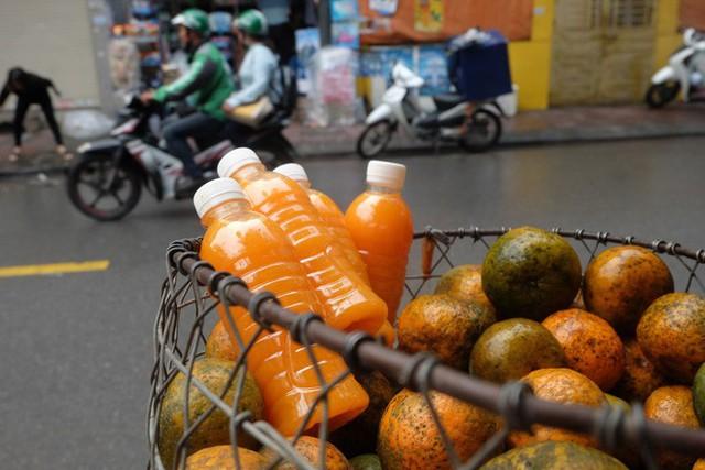 Đổ xô bán nước cam ép nguyên chất giá siêu rẻ, tiểu thương thu tiền triệu mỗi ngày - Ảnh 5.