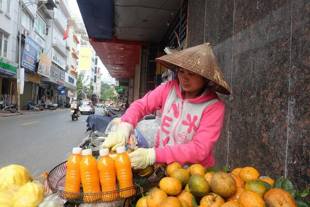 Đổ xô bán nước cam ép nguyên chất giá siêu rẻ, tiểu thương thu tiền triệu mỗi ngày - Ảnh 6.
